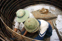 Pracownicy ciska cementowego culvert dla prac Zdjęcia Royalty Free