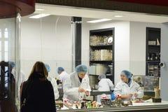 Pracownicy czekoladowy fabryczny Halloren robią ich pracie Zdjęcia Royalty Free