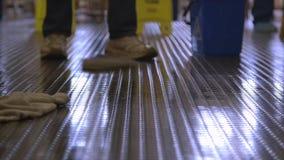 Pracownicy czyści winyl carpeted podłogi, Conakry zbiory