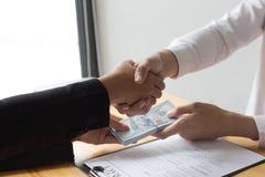 Pracownicy dają pieniądze łapówka z szefem Promującym zdjęcia royalty free
