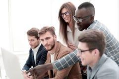 Pracownicy dyskutuje nowego biznesowego projekt fotografia stock