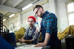 Pracownicy Dyskutuje proces produkcji zdjęcie royalty free