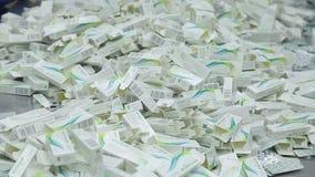 Pracownicy farmaceutyczna fabryka typ pokrywają pęcherzami zbiory