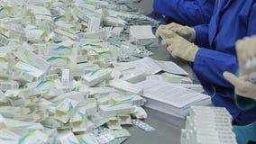 Pracownicy farmaceutyczna fabryka typ pokrywają pęcherzami zbiory wideo