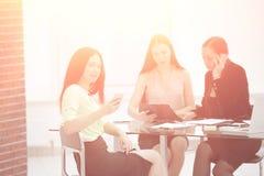 Pracownicy firma dyskutuje pracuj?cy zagadnienie przy ich miejsce pracy Fotografia z kopii przestrzeni? zdjęcie stock