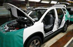 Pracownicy gromadzić samochód na linii montażowej w samochodowej fabryce obrazy stock