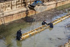 Pracownicy instalują beton formy pracę w wodzie Obraz Stock