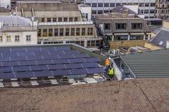 Pracownicy instaluje panel słoneczny Zdjęcie Stock