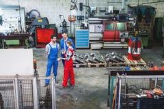Pracownicy na fabrycznej podłodze w dyskusji obrazy royalty free