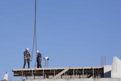 Pracownicy na górze nowego budynku Fotografia Stock