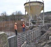 Pracownicy nalewają beton w formwork ściana fotografia stock