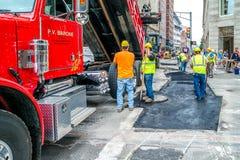 Pracownicy naprawiają drogę przy Boston, krzyżować Tremont i bakanu ulicy, Massachusetts usa, 30 2017 Lipiec Fotografia Royalty Free