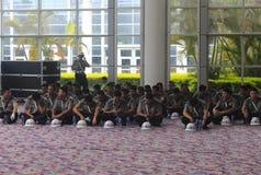 Pracownicy ochrony siedzi na ziemi Zdjęcia Royalty Free