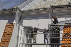 Pracownicy odnawią dach w starym historycznym kościół obraz stock