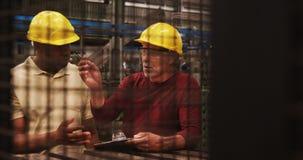Pracownicy pisze na schowku podczas gdy oddziałający wzajemnie z each inny zdjęcie wideo