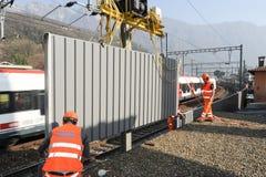 Pracownicy podczas instalacji hałas barier na kolei Obraz Stock