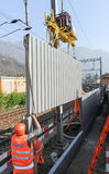 Pracownicy podczas instalacji hałas barier na kolei Zdjęcie Stock