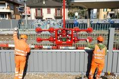 Pracownicy podczas instalacji hałas barier na kolei Fotografia Stock