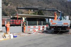 Pracownicy podczas instalacji hałas barier na kolei Zdjęcia Royalty Free