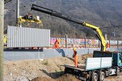 Pracownicy podczas instalacji hałas barier na kolei Obrazy Royalty Free