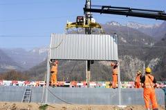 Pracownicy podczas instalacji hałas barier na kolei Zdjęcie Royalty Free