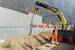 Pracownicy podczas instalacji hałas barier na kolei Zdjęcia Stock