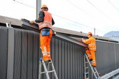 Pracownicy podczas instalacji hałas barier na kolei Obrazy Stock