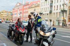 Pracownicy polici drogowa usługa czek motocykliści na Nevsky Prospekt obraz stock