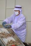 Pracownicy pracuje w krewetki przerobowej linii w owoce morza procesach Zdjęcia Stock