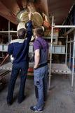 Pracownicy przy śmigłem pasażerski naczynie Zdjęcia Stock