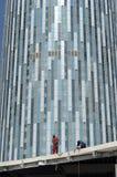 Pracownicy przy budową blisko nieba wierza. zdjęcia royalty free