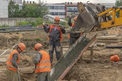 Pracownicy przy budowa betonu podstawą obraz royalty free