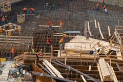 Pracownicy przy pracą dla budowy zbrojona betonowa baza zdjęcia stock