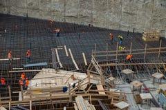 Pracownicy przy pracą dla budowy zbrojona betonowa baza zdjęcie royalty free