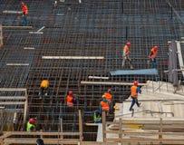 Pracownicy przy pracą dla budowy zbrojona betonowa baza fotografia stock