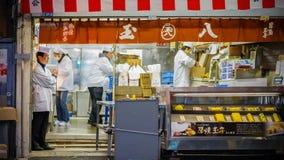 Pracownicy przy Tsukiji rynkiem w Tokio Obrazy Stock