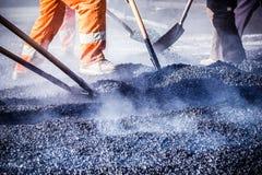 Pracownicy robi asfaltowi z łopatami Zdjęcia Royalty Free