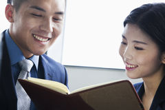 Pracownicy sprawdza agendę w biurze, ono uśmiecha się Fotografia Stock
