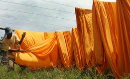 Pracownicy suszy tkaninę używać jako materialny batik Obrazy Stock