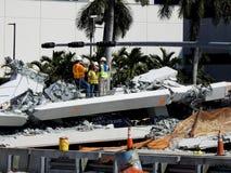 Pracownicy szukają gruz Floryda mosta zawalenie się Zdjęcia Royalty Free
