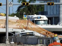 Pracownicy szukają gruz Floryda mosta zawalenie się Zdjęcie Stock