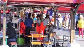 Pracownicy tworzyli rybich kramy w Sierpień 2018 Rybim rynku w Bergen obraz stock