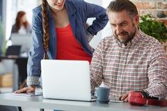 Pracownicy używa laptop obrazy royalty free