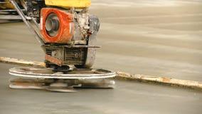 Pracownicy używają betonowe polerownicze maszyny zbiory