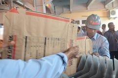 Pracownicy układają papierowe torby dla podsadzkowych materiałów zdjęcia royalty free