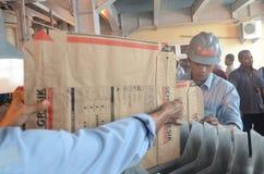 Pracownicy układają papierowe torby dla podsadzkowych materiałów fotografia stock