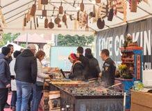 Pracownicy ulicznego fasta food serw cukierniani klienci w Sibiu mieście w Rumunia fotografia royalty free