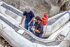 Pracownicy umieszczają set Styrofoam termiczna izolacja na nowym p Zdjęcia Royalty Free