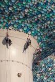 Pracownicy utrzymują sferę Kuwejt wierza Zdjęcie Royalty Free