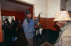 Pracownicy w krowy stajni w Południowa Afryka. Obraz Stock